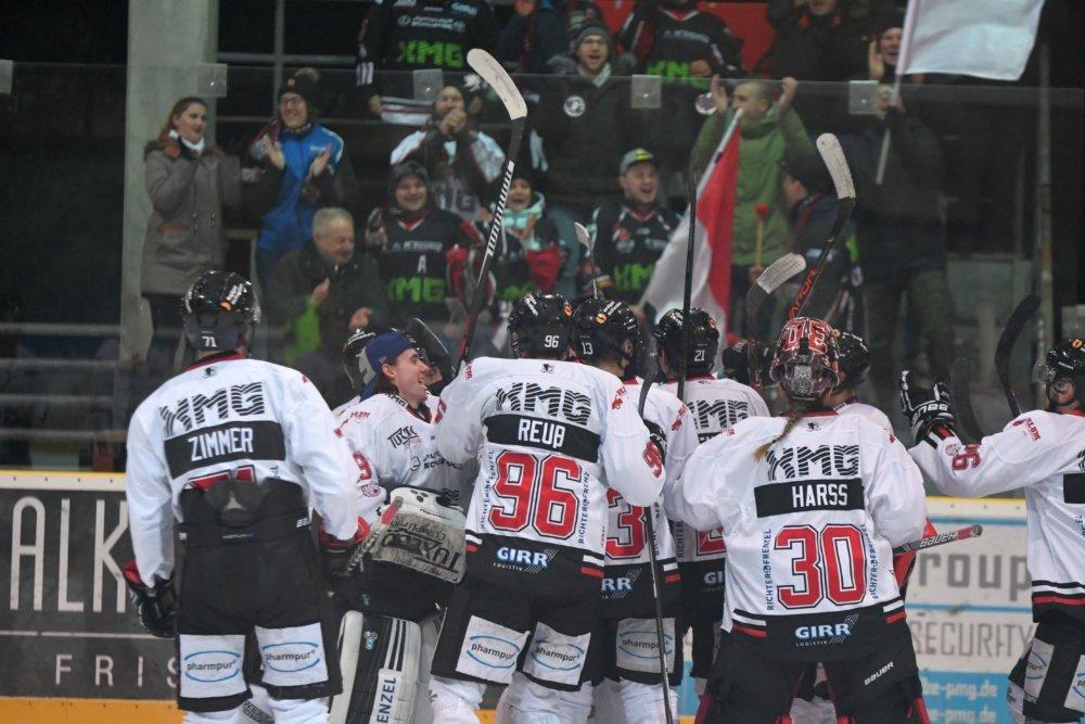 Jubel-1 Knapper Auswärtssieg für den EHC Königsbrunn in Pfaffenhofen Bildergalerien Landkreis Augsburg mehr Eishockey News Sport Bayernliga EHC Königsbrunn Eishogs EV Pfaffenhofen Pinguine |Presse Augsburg