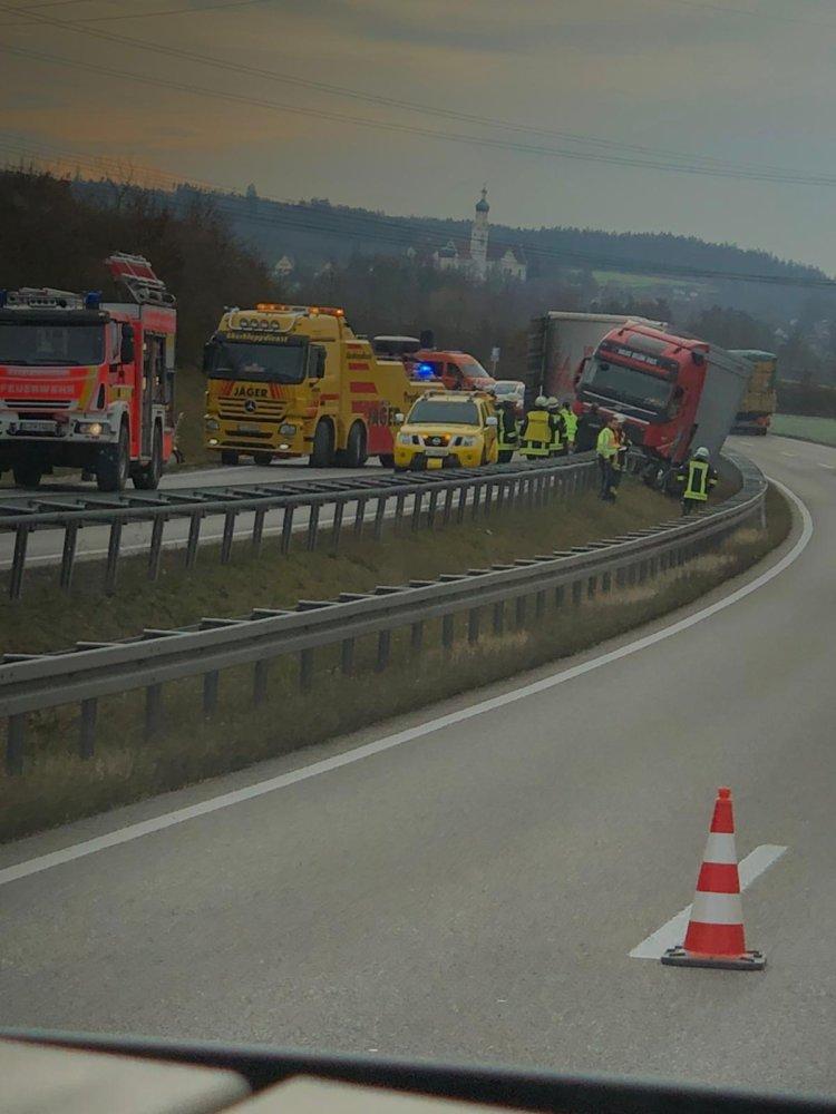 image Unfall wegen gesundheitlicher Probleme - B 2 bei Meitingen stundenlang gesperrt Landkreis Augsburg News Polizei & Co B2 LKW Meitingen Unfall |Presse Augsburg
