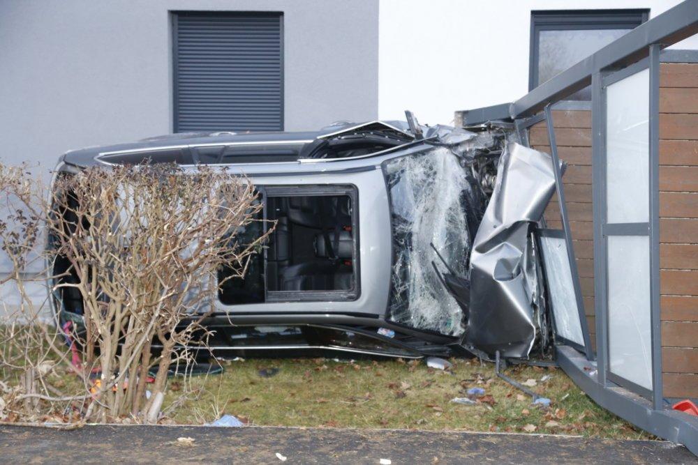20200126170058__MG_2886 Auto fährt in Haus und reißt Balkone ein - Polizei gibt Details zum Unfall in Bobingen bekannt Landkreis Augsburg News Polizei & Co Balkone Bobingen Feuerwehr Unfall |Presse Augsburg