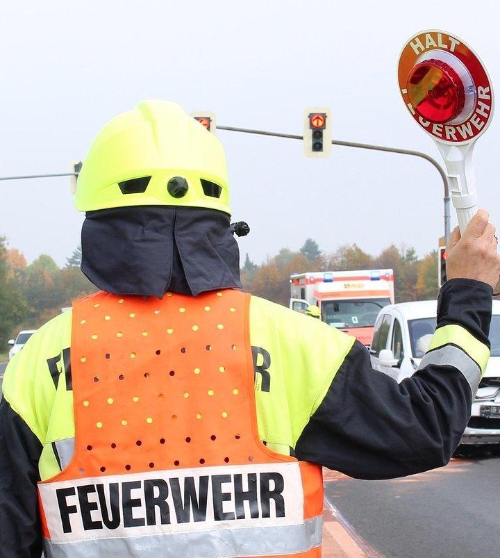 accident-4654007_1920 Schwerer Verkehrsunfall auf der B31 bei Lindau - Frau wird in Auto eingeklemmt und schwer verletzt Landkreis Lindau News Polizei & Co B31 Lindau Unfall |Presse Augsburg