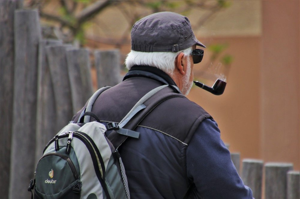 senior-4174092_1280 Bobingen | 82-Jährigen beim Spaziergang überfallen und Geldbörse entrissen Landkreis Augsburg News Polizei & Co |Presse Augsburg