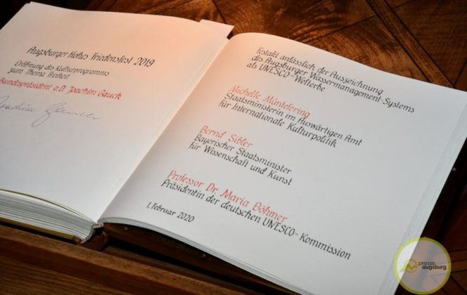 2020-02-01-Weltkulturerbe-7-von-42.jpeg--664x420 Jetzt haben wir es schwarz auf weiß - Augsburg erhält UNESCO-Weltkulturerbe-Urkunde Augsburg Stadt Bildergalerien Kunst & Kultur News Newsletter Augsburg UNESCO-Welterbe Wasser |Presse Augsburg