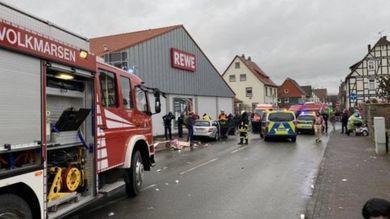 940147E7-8457-4FDE-AE4F-04B838842EC1 Auto fährt in Karnevalsumzug bei Kassel - Mehrere Verletzte Überregionale Schlagzeilen Vermischtes - Auto Es Meldungen Montag PKW Polizei Verletzte |Presse Augsburg