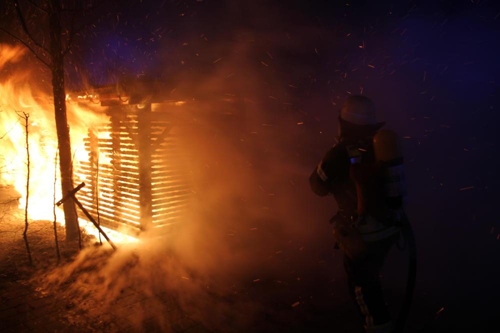 IMG_0364 Augsburg-Lechhausen   Mülltonnenunterstand am Seniorenzentrum geht in Flammen auf Augsburg Stadt News Newsletter Polizei & Co  Presse Augsburg