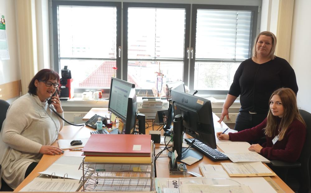 """PM-91-2020-Mitarbeiterinnen-am-Bürgertelefon """"Darf ich...?""""   Aktuelle Fragen und Antworten beim Bürgertelefon zum Thema Corona Freizeit Gesundheit Günzburg News Newsletter Bürgertelefon Corona Günzburg  Presse Augsburg"""