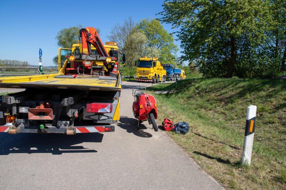 200422_Unfall_ND27_Burgheim_03 Burgheim |Lastwagenfahrer übersieht Rollerfahrer beim Abbiegen - 20-Jähriger schwebt in Lebensgefahr Neuburg-Schrobenhausen News Newsletter |Presse Augsburg