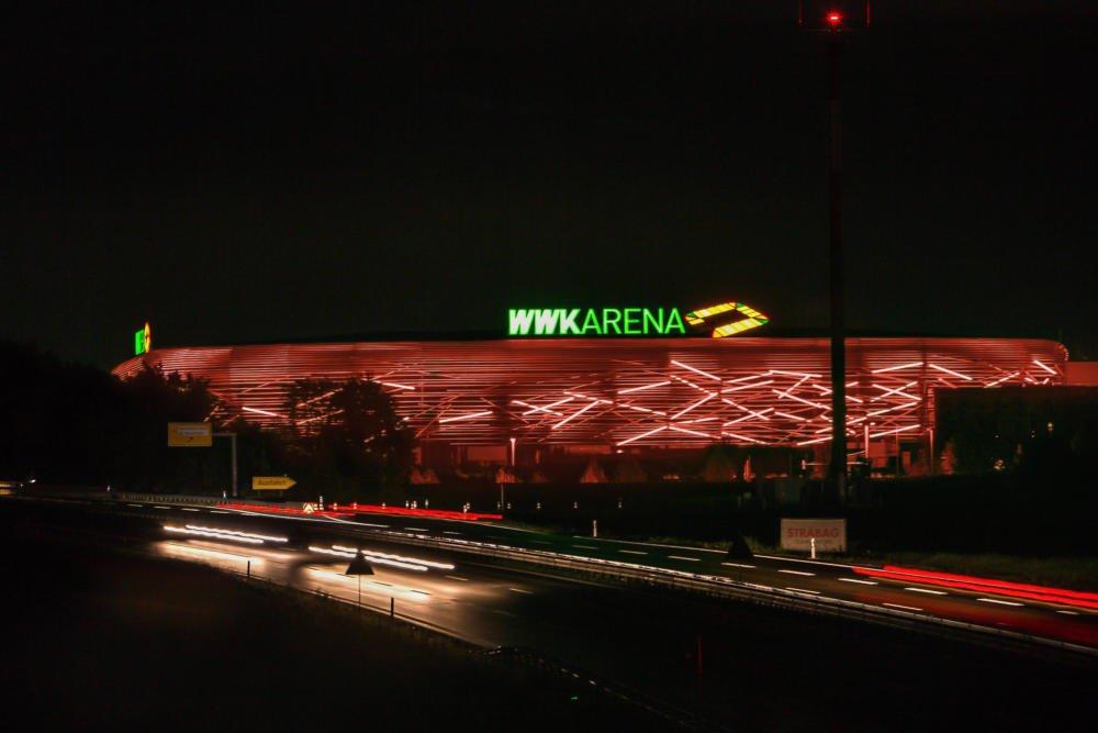 20200622-WWK-ARENA-Rot Zur Feier des Klassenerhalts | FCA-Arena leuchtet eine Woche lang grün, nur heute Abend rot Augsburg Stadt FC Augsburg News Newsletter Sport FC Augsburg FCAA WWK Arena |Presse Augsburg