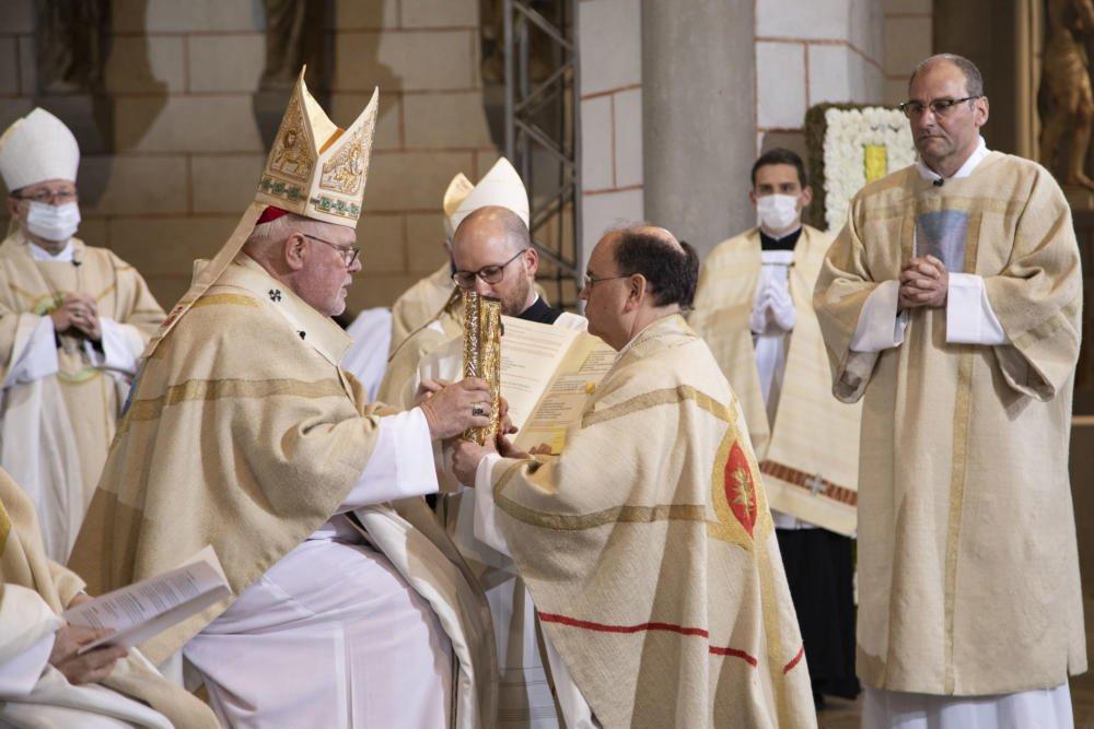 Bischof Bertram Empfängt Von Kardinal Marx Das Evangelium Foto Anika Taiber Groh Pba