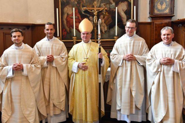 Bischof Bertram Mit Den Vier Neugeweihten Priestern Foto Nicolas Schnall Pba1