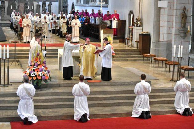 Bischof Bertram Spricht Das Weihegebet Foto Nicolas Schnall Pba 1