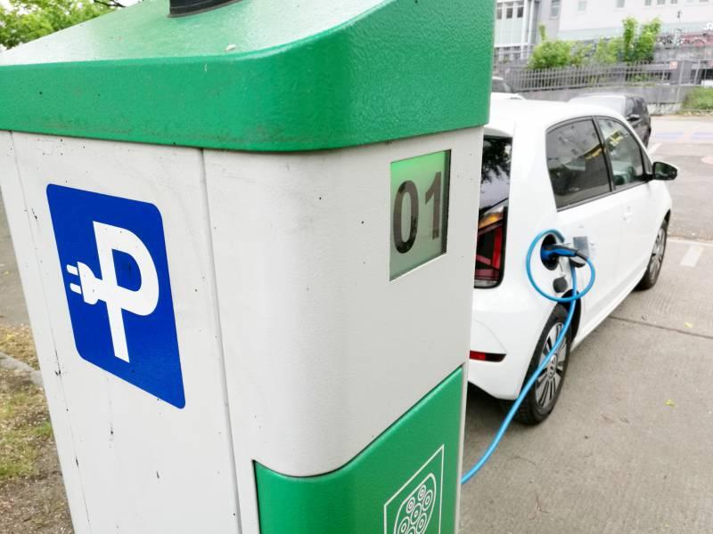 Verkehrsminister Fordert Hoehere Produktion Von E Autos