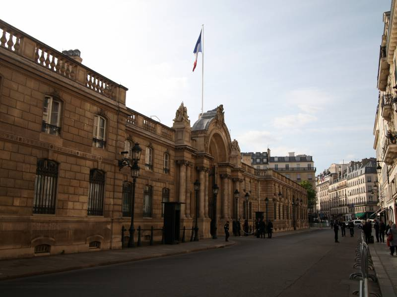 Frankreichs Regierung Zurueckgetreten