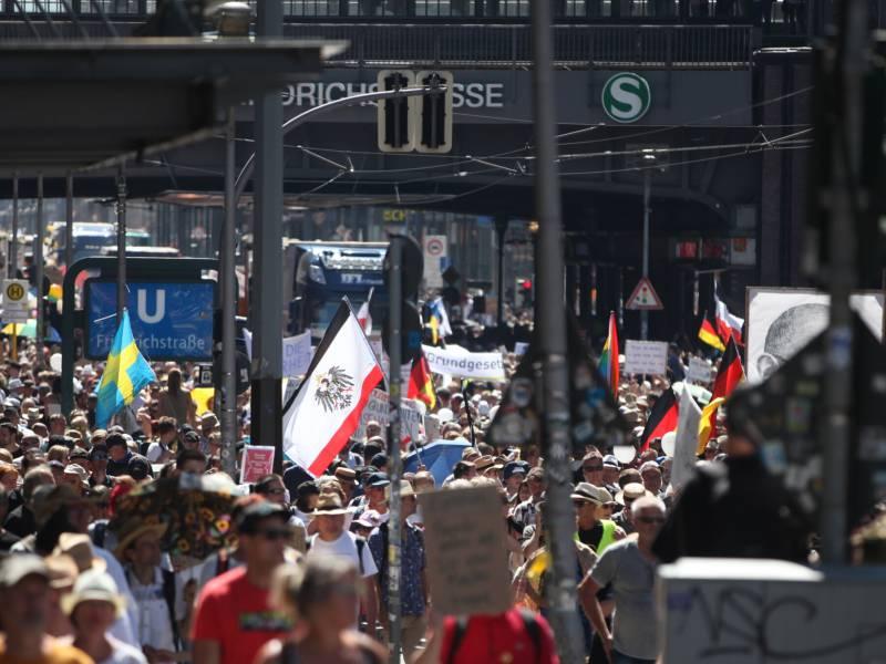 Tausende Bei Demo Von Corona Skeptikern In Berlin