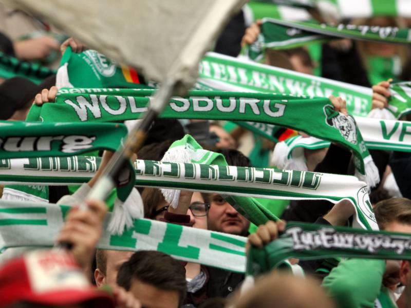 Vfl Wolfsburg Verpflichtet Innenverteidiger