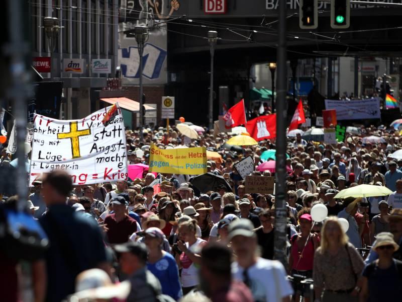 Von Lucke Corona Proteste Koennten In Neuen Extremismus Umschlagen