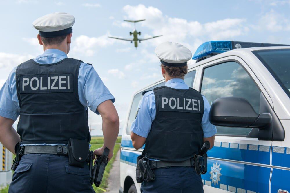Bundespolizistenmitflugzeug