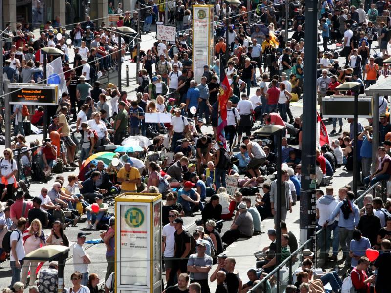 Berlin Fuehrt Maskenpflicht Bei Demonstrationen Ein