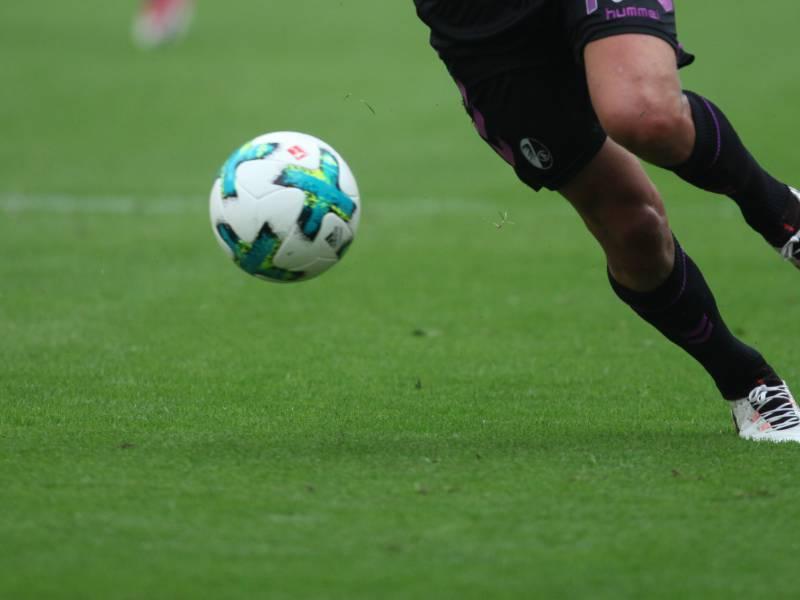 Sc Freiburg Verpflichtet Mittelfeldspieler Santamaria