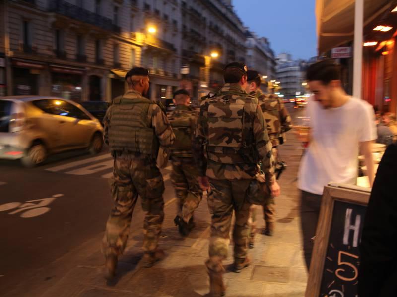 Frankreichs Praesident Kuendigt Naechtliche Ausgangssperren An