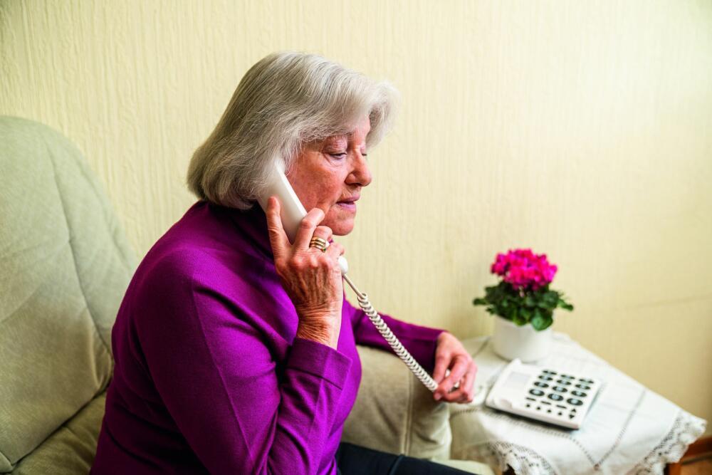 Pressebild Senioren Frau Telefon