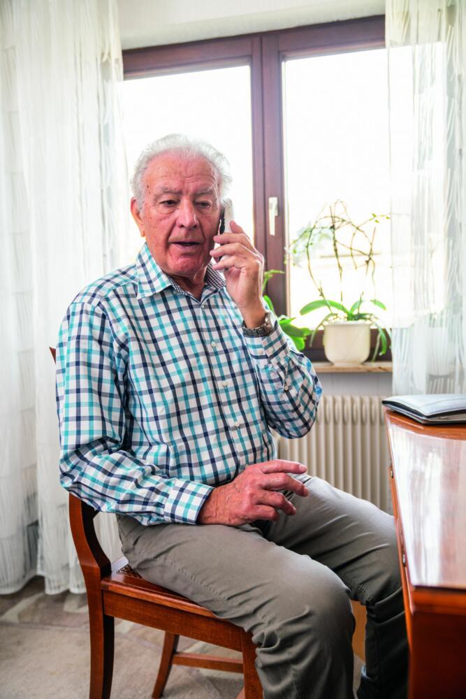 Pressebild Senioren Mann Telefon 01