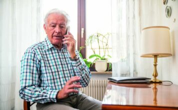 pressebild-senioren-mann-telefon-02-356x220 Home  Presse Augsburg