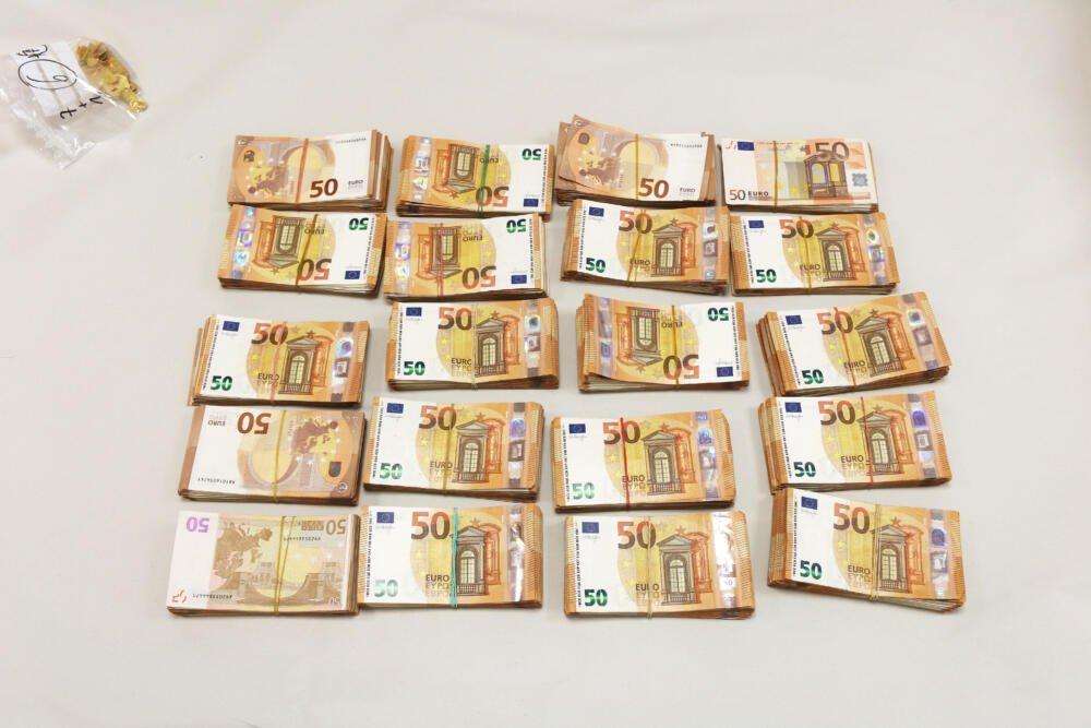 sichergestelltes_bargeld Grenzpolizei stellt bei Füssen Gold, Silber und Bargeld im Wert von etwa 1,5 Mio. Euro sicher Bildergalerien News Ostallgäu Polizei & Co  Presse Augsburg