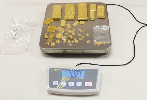 sichergestelltes_gold-614x420 Grenzpolizei stellt bei Füssen Gold, Silber und Bargeld im Wert von etwa 1,5 Mio. Euro sicher Bildergalerien News Ostallgäu Polizei & Co  Presse Augsburg