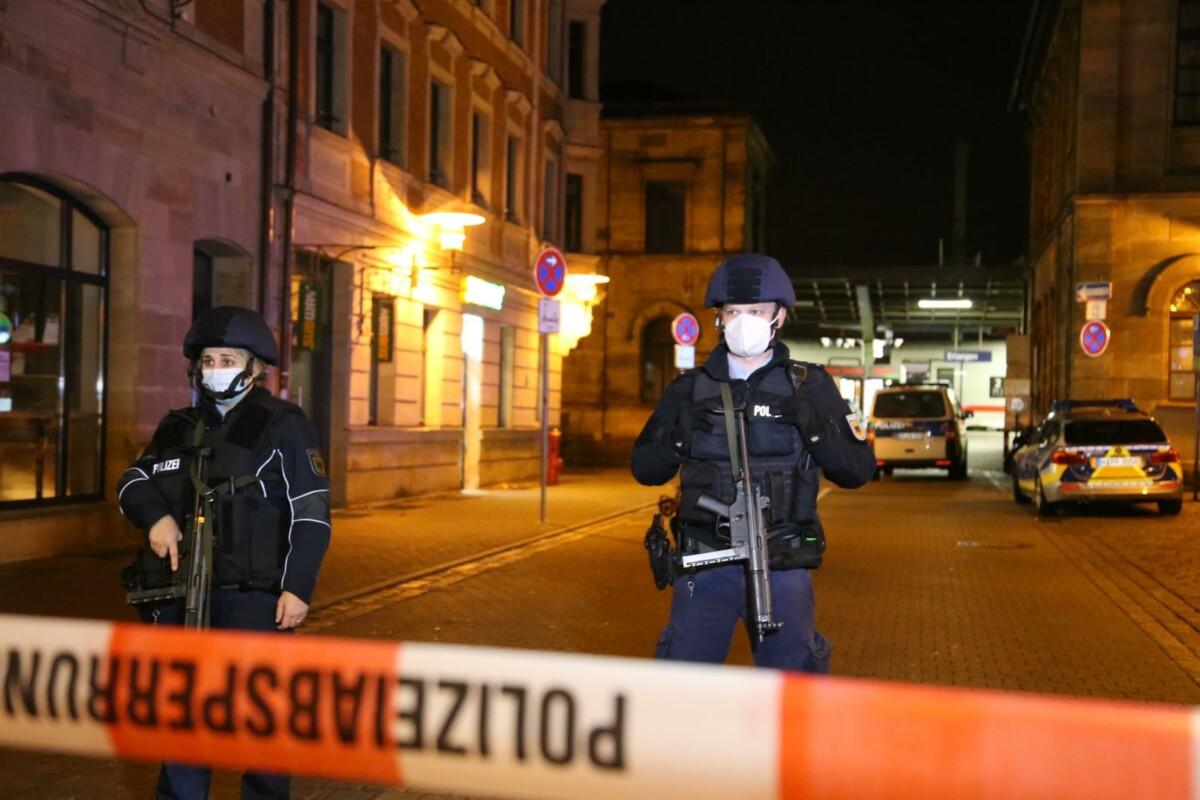 201111_Polizei_Erlangen_FP_03 Schwer bewaffnete Polizisten sperren Erlanger Hauptbahnhof weiträumig ab Bayern Vermischtes |Presse Augsburg