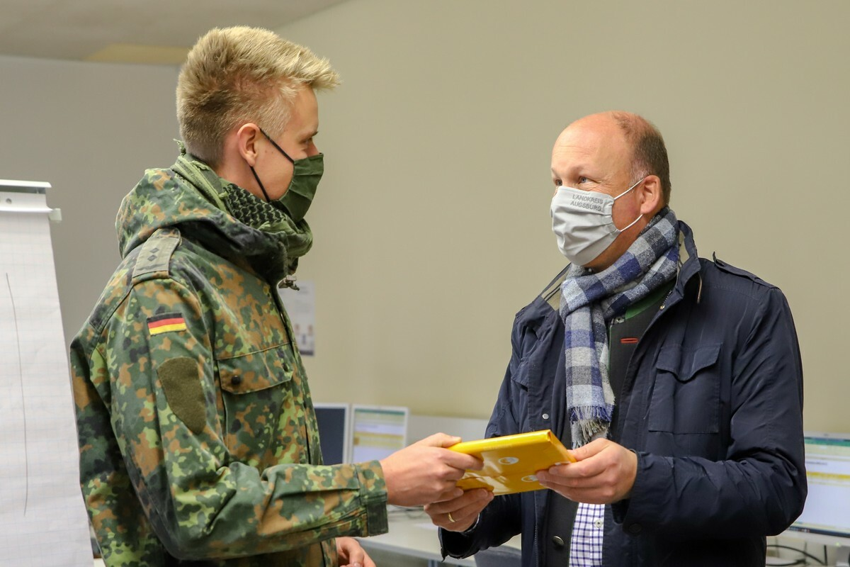 2020 11 20 Landrat Uebergabe Geschenke An Soldaten Sailer Oberleutnant Matthes Jp 11