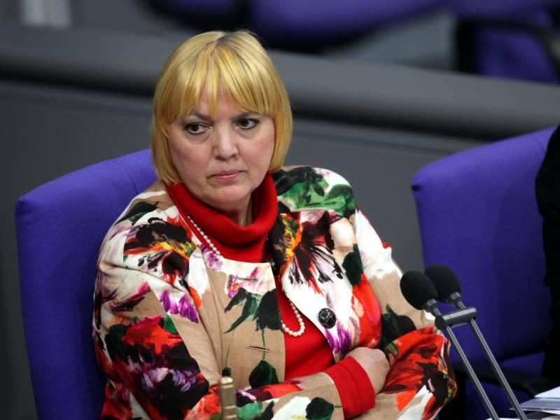 Claudia Roth Verurteilt Virtuellen Galgen Fuer Bundestagspolitiker