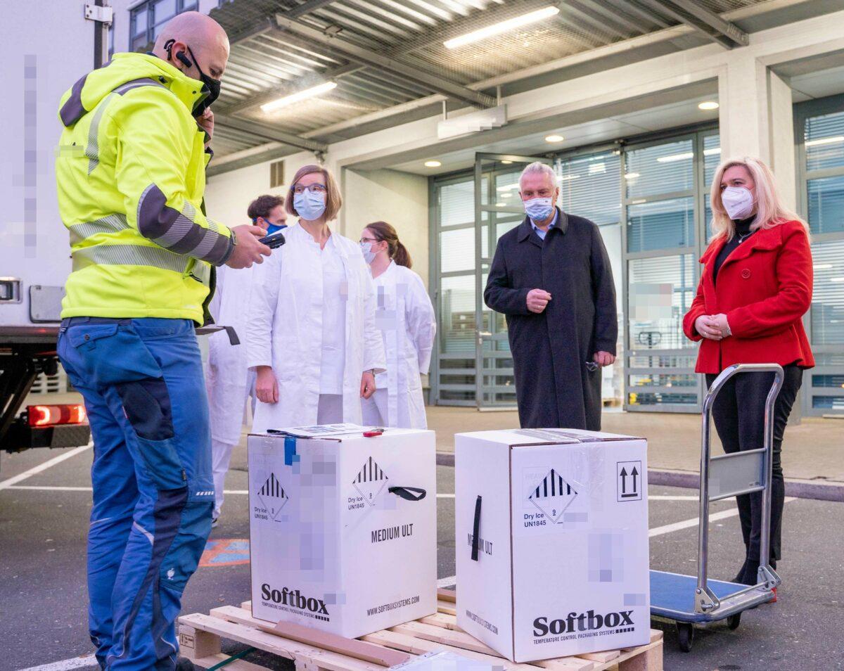 201226 Stmin Huml Und Stm Herrmann Impfstoffanlieferung In Erlangen Scaled