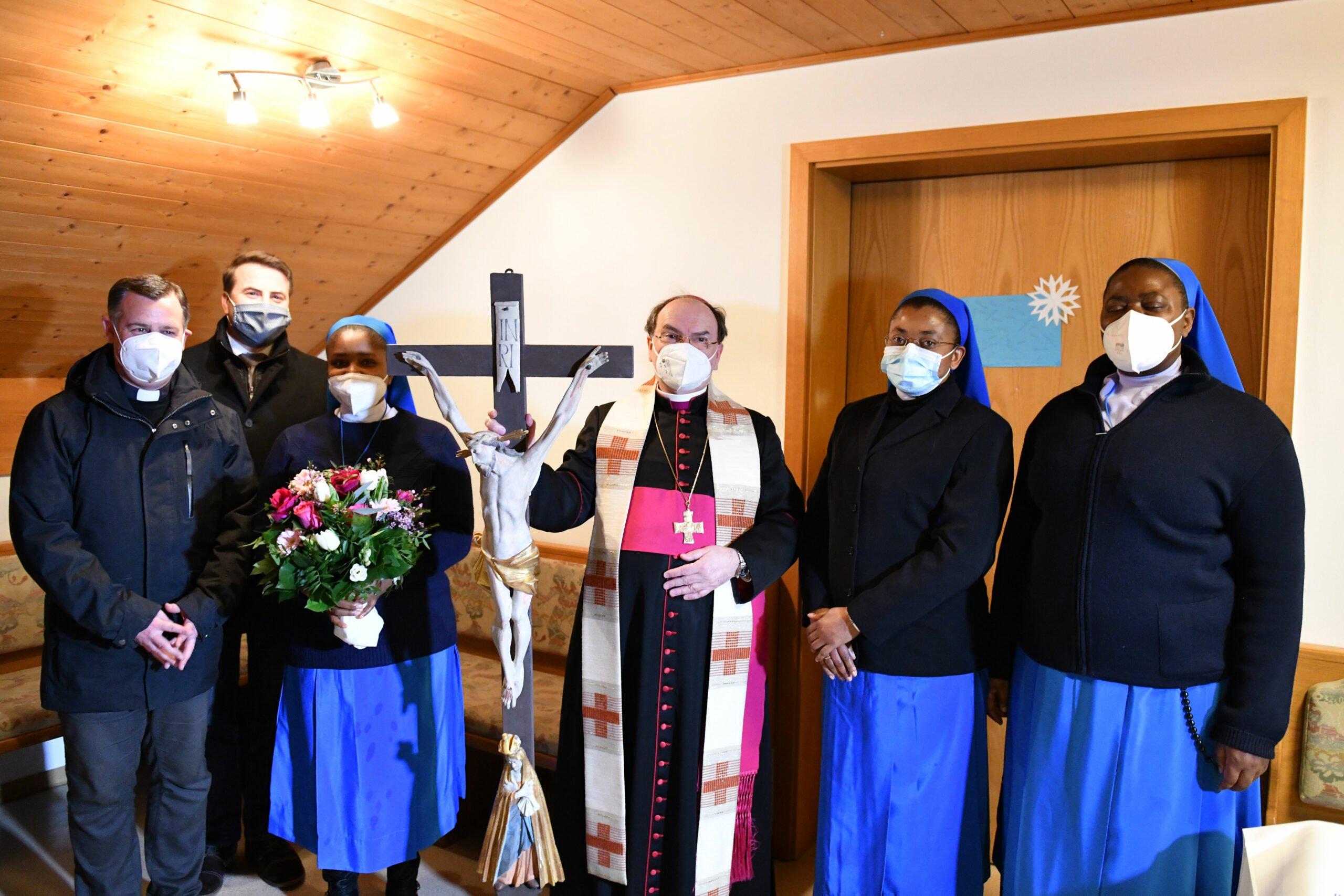 Bischof Bertram Mit Den Drei Bewohnerinnen Des Neuen Konvents Foto Julian Schmidt Pba Scaled