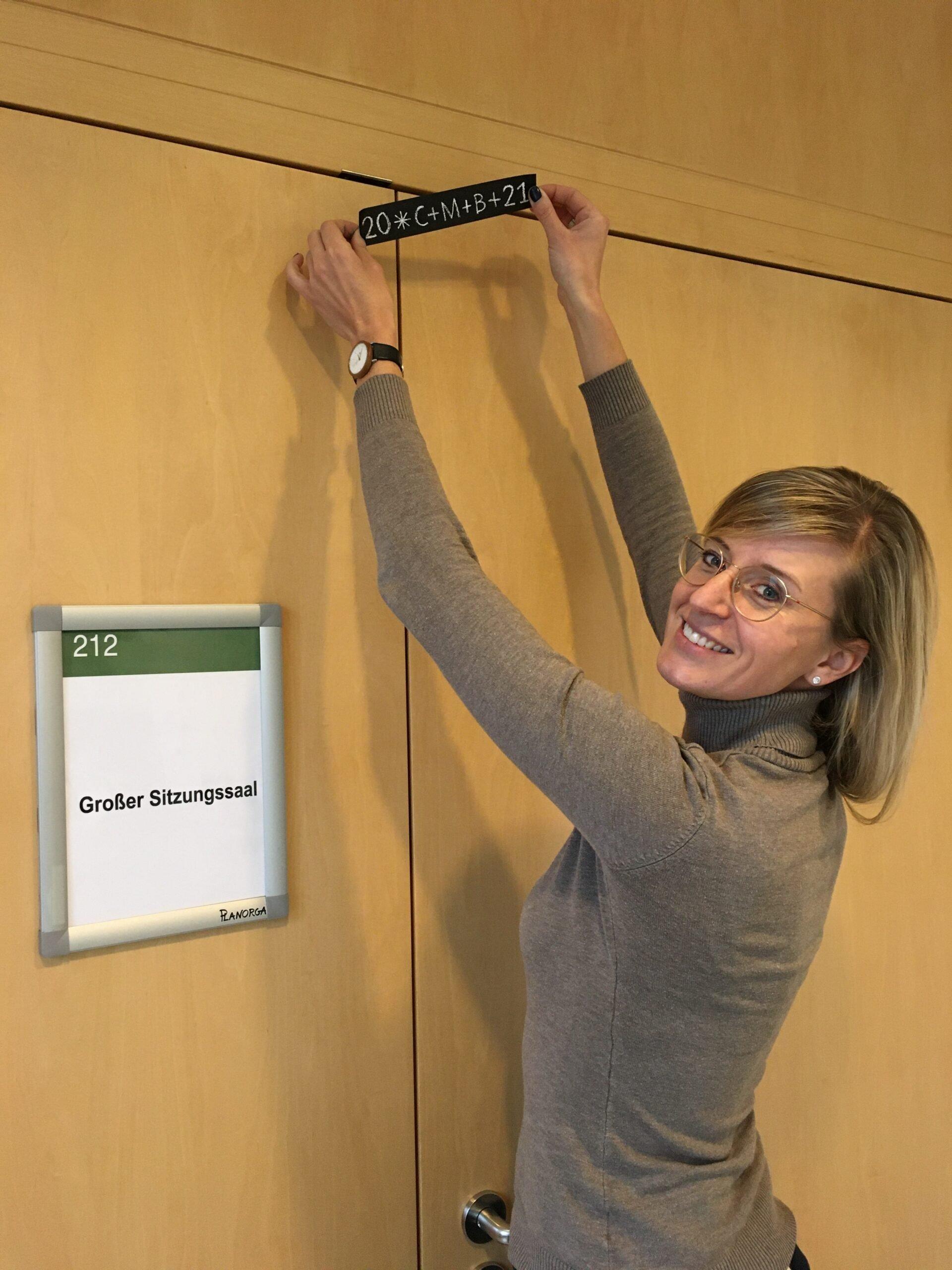 Ob Katrin Albsteiger Bringt Segensaufkleber An ©Stadt Neu Ulm Scaled