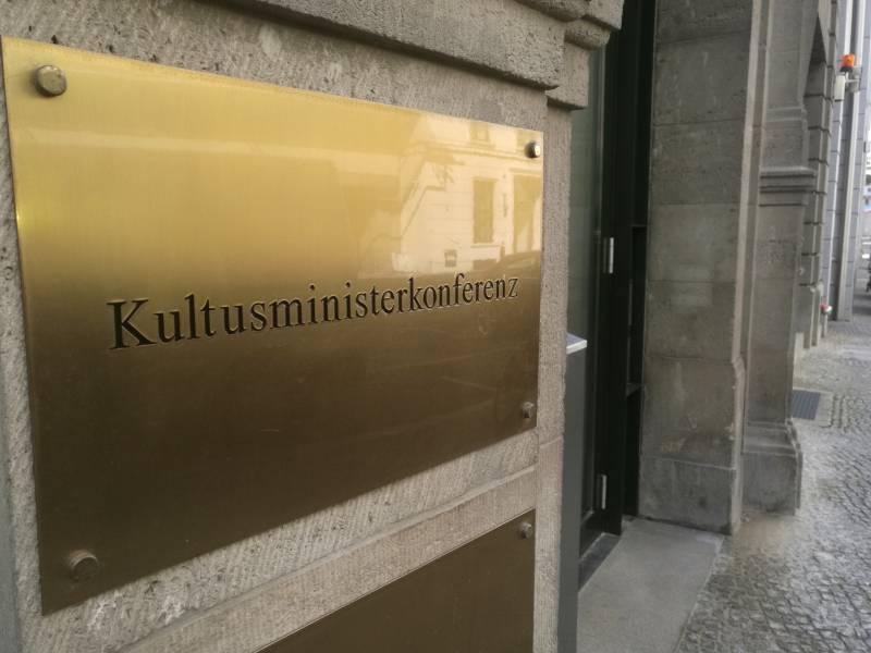 Kmk Schlaegt Stufenplan Fuer Schuloeffnungen Vor
