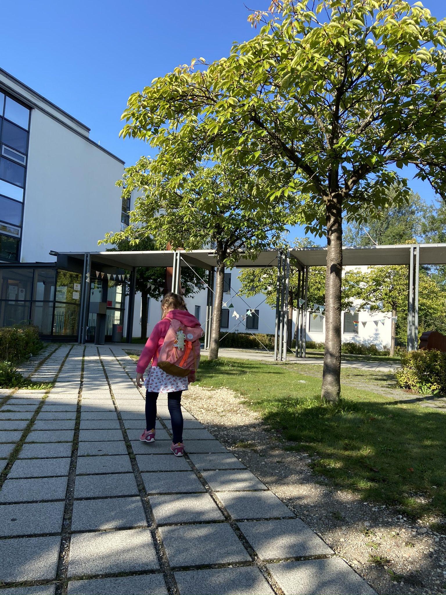 Annie Vor Dem Sozialpaediatrischen Zentrum Hfz