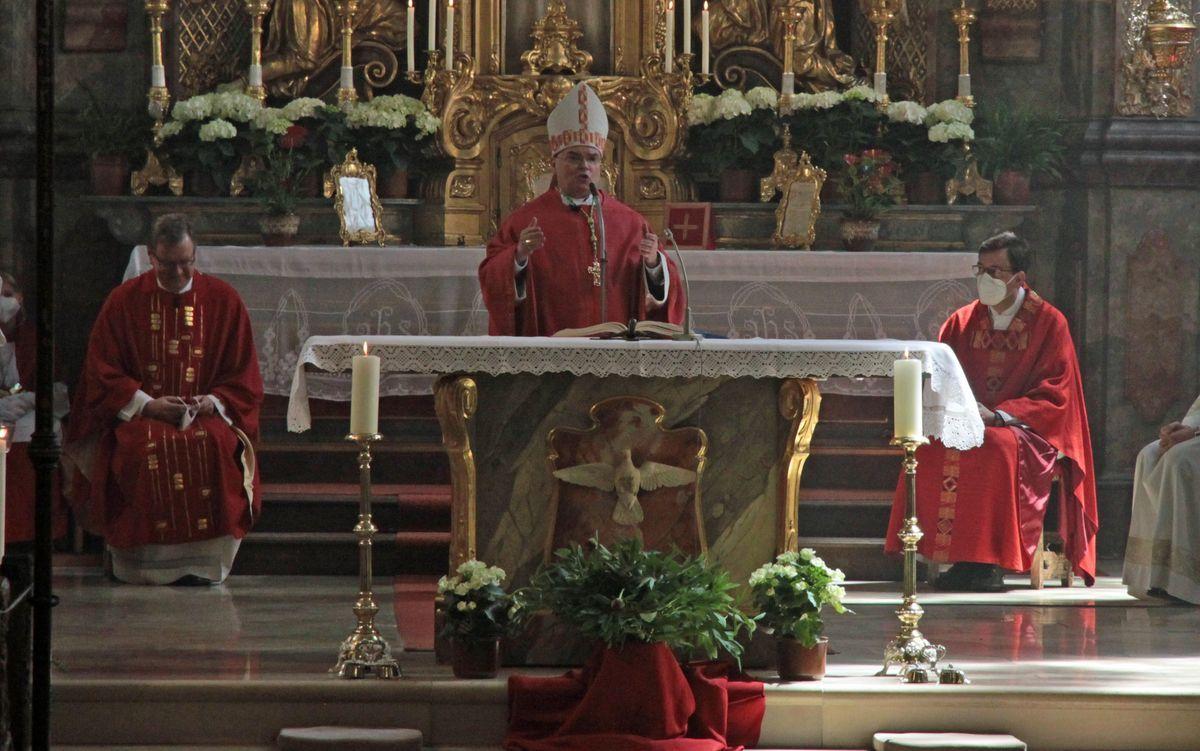 Bischof Bertram Meier Feiert Pfingstmesse In Heilig Geist In Neuburg Donau Foto Viktoria Zaech Pba