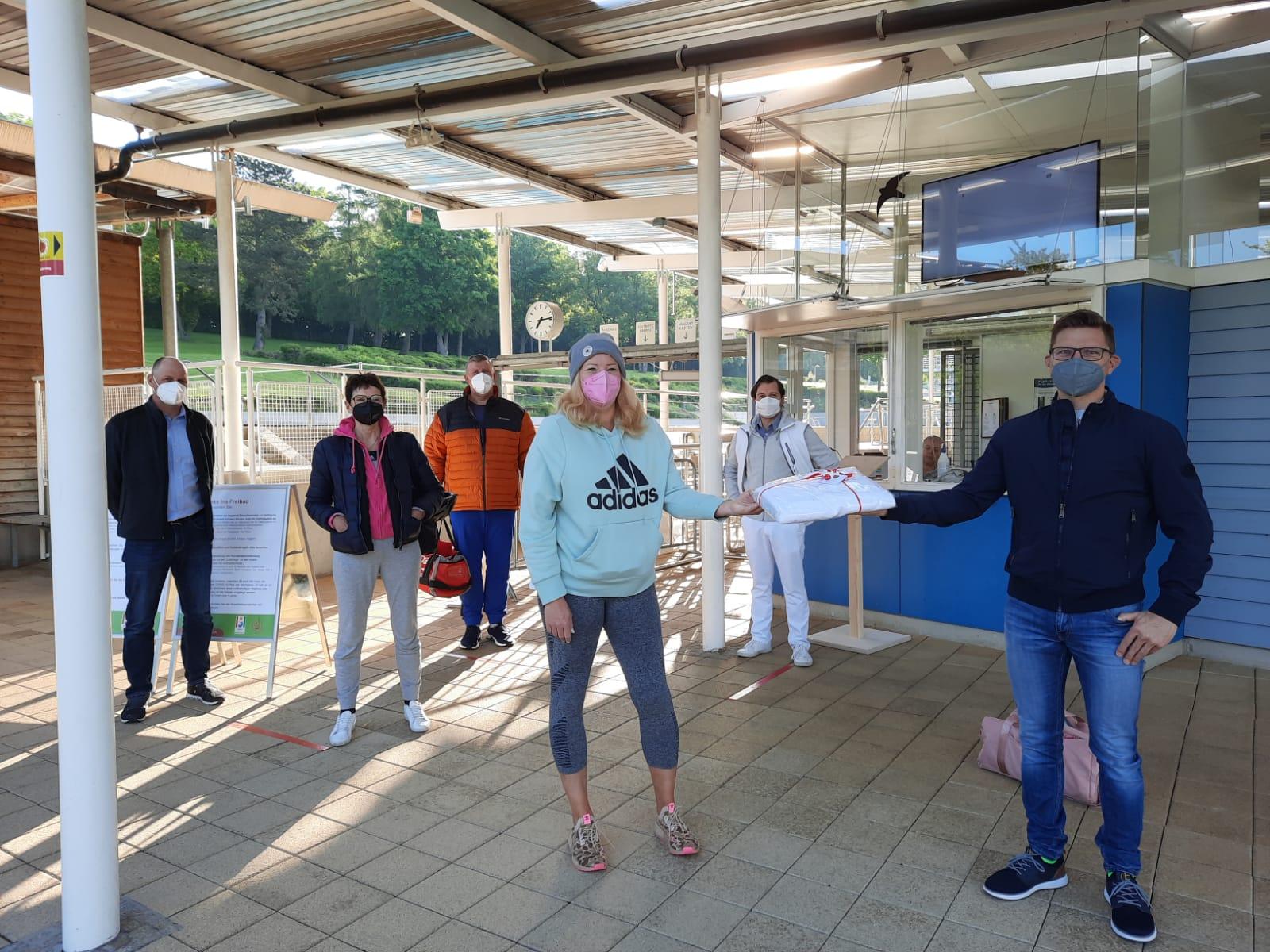 Erste Badegaeste Freibad 2021 Foto Nicole Hofmann