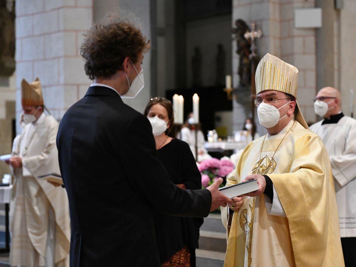 Bischof Bertram Hat 87 Neuen Religionslehrern Die Missio Canonica Verliehen Foto Maria Steber Pba