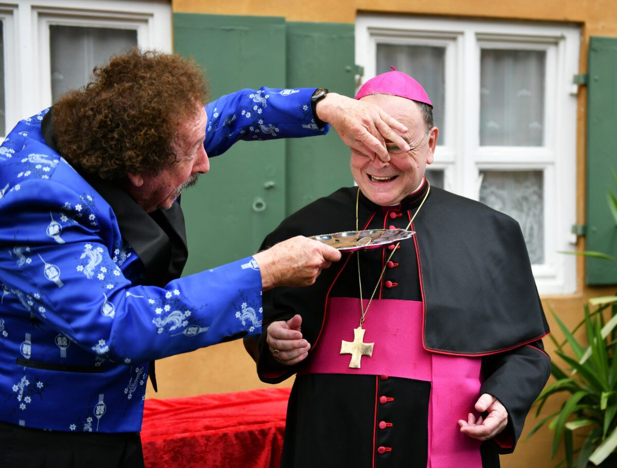 Goldener Riecher Zauberer Hardy Veranstaltete Auch Eine Sonderkollekte Fuer Den Bischof Foto Julian Schmidt Pba