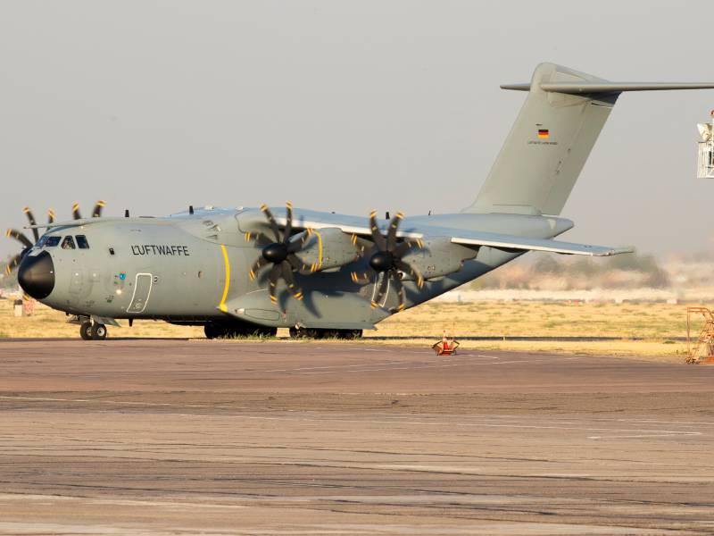 Bundeswehr Fliegt Versorgungsmaterial Und 15 Personen Aus