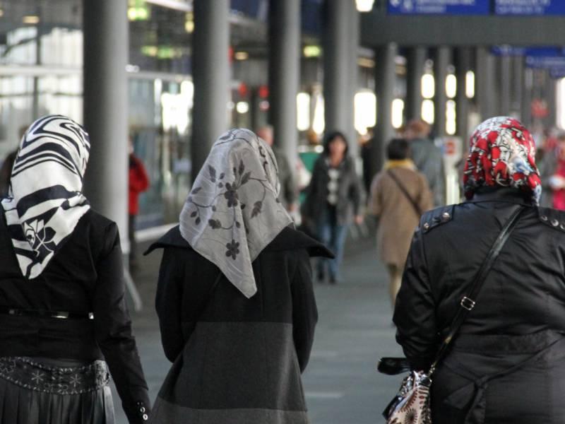 Deutsche Muslime Sehen Demokratie Positiver Als Gesamtbevoelkerung