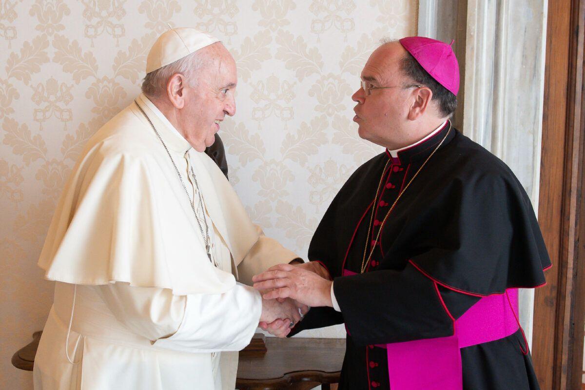 Bischof Bertram Begruesst Papst Franziskus © Vatican Media