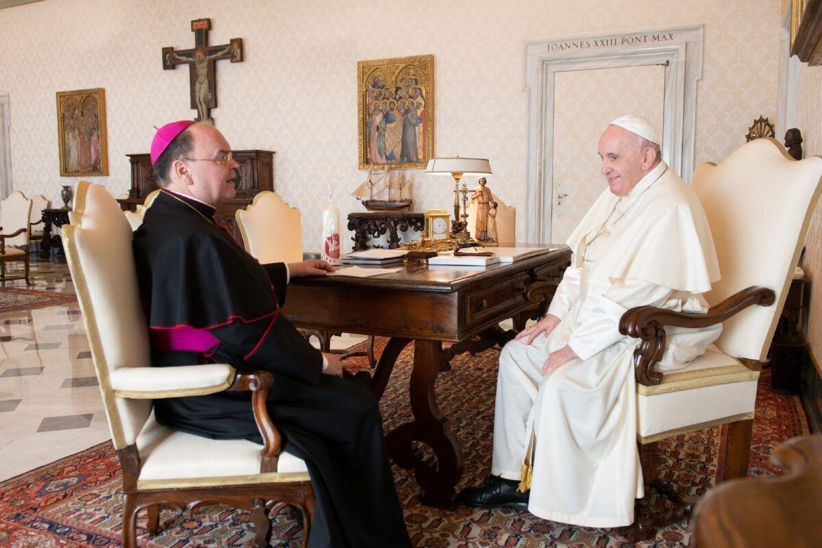 Bischof Bertram Im Gespraech Mit Papst Franziskus © Vatican Media