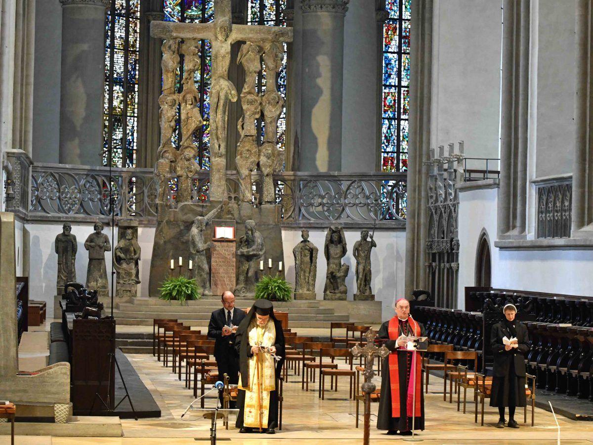 Kreuzweg Fuer Die Verfolgte Kirche Im Augsburger Dom Foto Nicolas Schnall Pba2