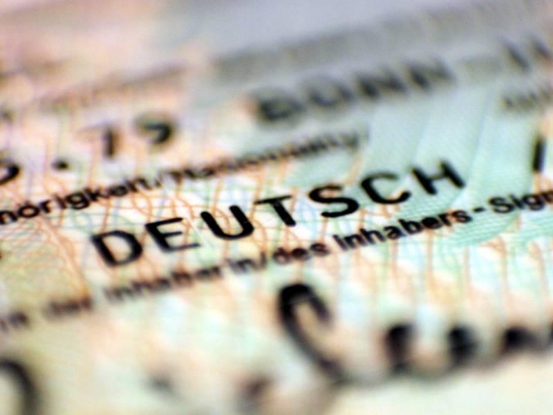 Vollzeitbeschaeftigte Ohne Deutschen Pass Verdienen 900 Euro Weniger